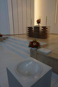 Taufstein und Altar
