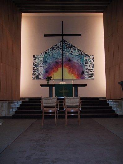 Zwei Stühle vor dem Altarraum für die Eheschließung
