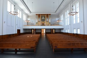 Blick vom Altarraum auf Ausgang und Orgel