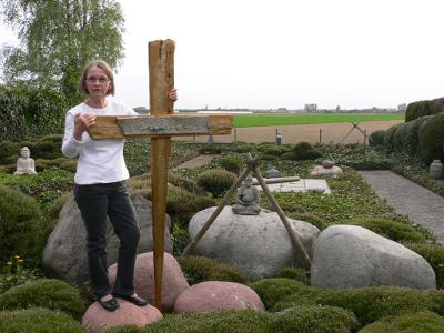 Bild von Henriette Ingerfurth mit Kreuz im Steingarten