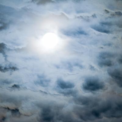 """Bild von Stephan-Maria Aust """"Vom Irdischen – drunter und drüber"""" Sonnenlicht durchflutete Wolken"""